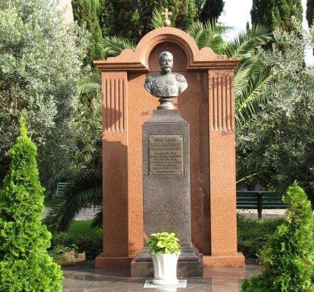 Памятник императору Николаю II у Собора Михаила Архангела в Сочи