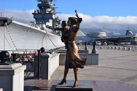 Статуя Мама с мальчиком