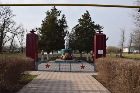 Памятник в Новониколаевской