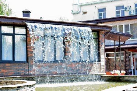 Фонтан с имитацией водопада