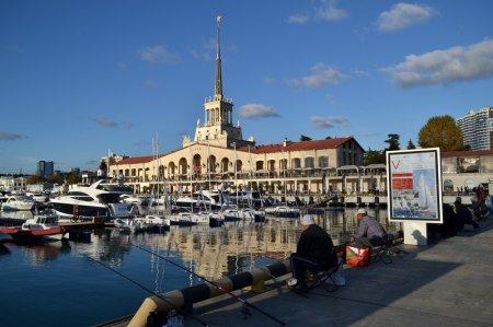 Рыбаки в порту Сочи