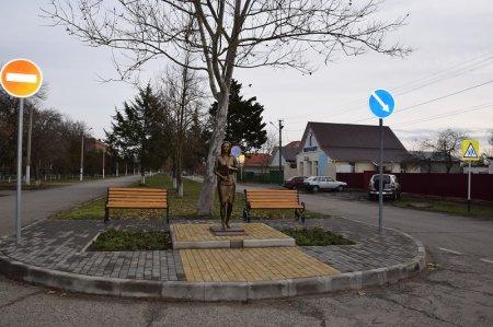 Памятник Учительнице