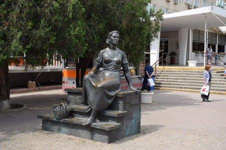 Памятник Нонне Мордюковой в Ейске