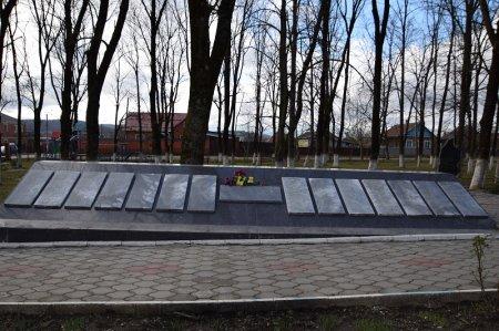 Братская могила советским солдатам