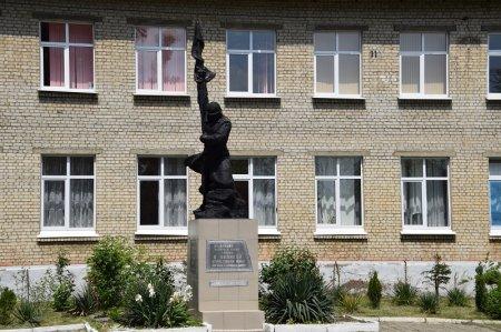 Памятник учителям и ученикам в Белореченске