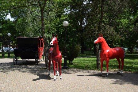 Фигурки лошадей в парке Белореченска